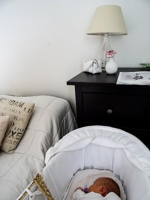 Kuukauden vanha, yksikuukautinen, vauva, vastasyntynyt, ensimmäinen kuukausi, kaksi lasta, arki, perhe, Mooseskori, ensisänky, makuuhuone, sisustus