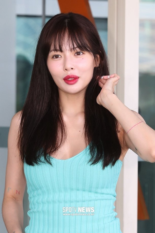 Hyuna shows off her red lips at the airport ~ Netizen Buzz Hyuna 2019