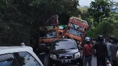 Truk Bersenggolan di Tompo Ladang, Poros Bone Makassar Alami Kemacetan Panjang