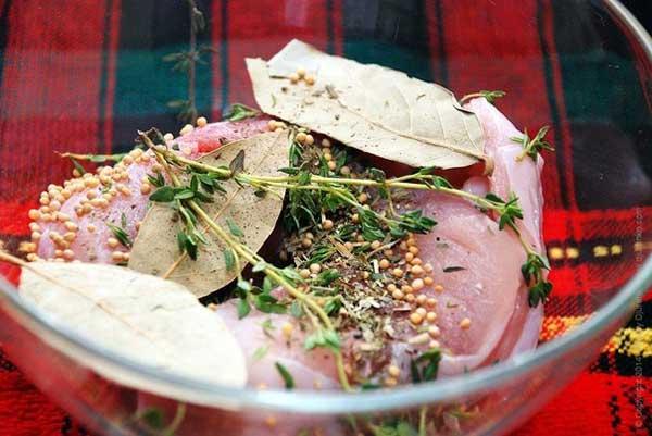 В этом случае мясо в маринаде стоит перевернуть 1-2 раза в процессе мариновки.  Цель мариновки — сделать мясо сочным, ну и, если вы так считаете, устранить тот самый неприятный запах.