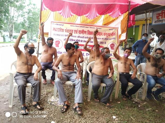 कार्यालयों के बाहर अधिकारी और कर्मचारी हड़ताल पर बैठे   Karyalayo ke bahar adhiakri or karmachari hadtal pr bethe