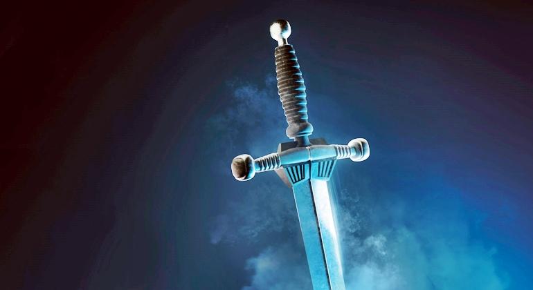 A espada afiada de dois gumes identifica-se com a Palavra de Deus.