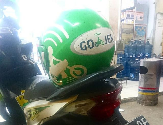 Logo gojek dalam helm