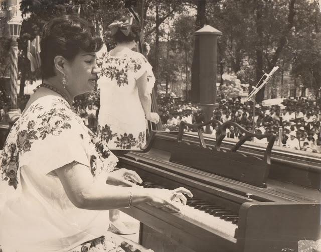 Judith Pérez Romero y Lía Baeza en el teatro al aire libre Agustin Lara de la Alameda Central. 100 años de Judith