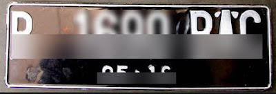 Plat warna dasar hitam dengan tulisan berwarna putih