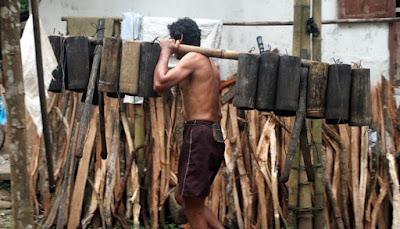penderes gula kelapa membawa pongkor dengan pikulan