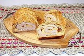 Куриный рулет с сыром, запеченный в слоёном тесте