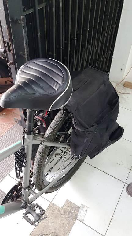 tas bagasi belakang yang besar di sepeda United Rockford touring