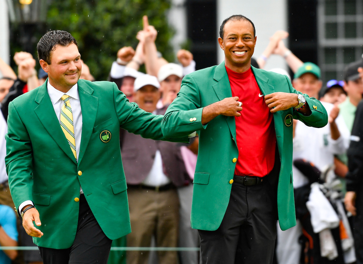 Tiger Woods receives teh Green Jacket at the 2019 Masters