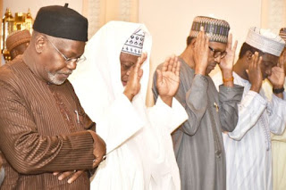 Picture Of Buhari Praying in Makkah