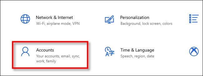 """في إعدادات Windows ، انقر فوق """"حسابات""""."""