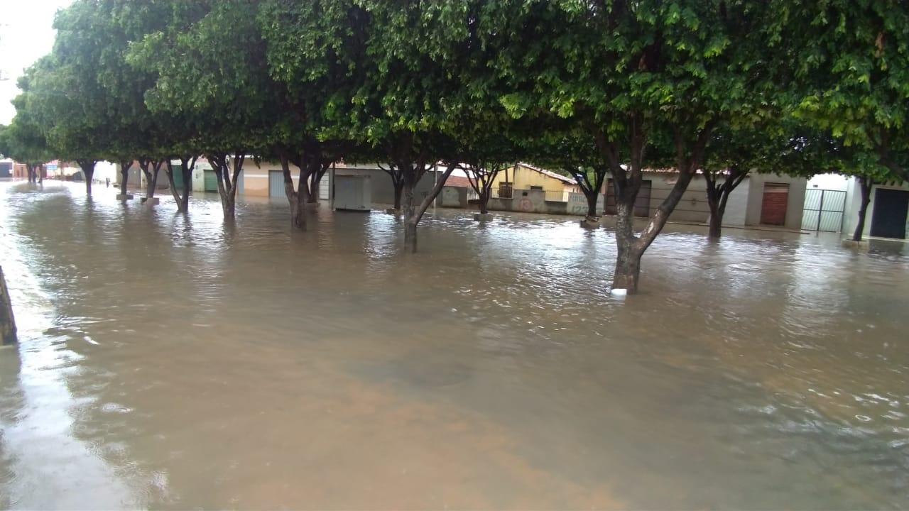 Com forte chuva, ruas de vários bairros de Bom Jesus da Lapa voltam a ficar alagadas