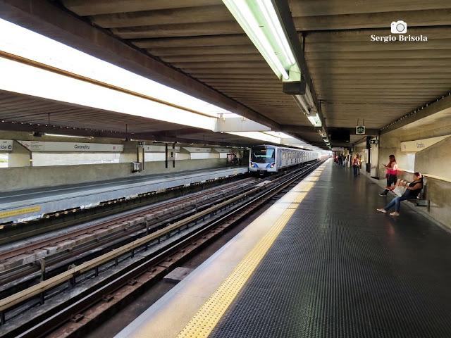 Vista ampla das plataformas de embarque da estação Carandiru do Metrô de São Paulo - Santana - São Paulo