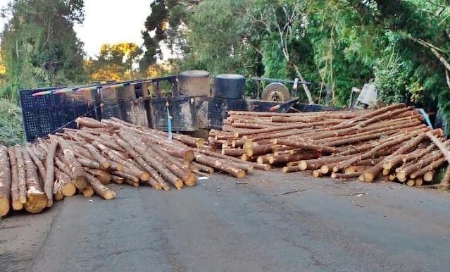 Um óbito foi registrado na PR-466, após caminhão com carga de madeira tombar na pista