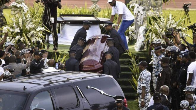 DJ Arafat: Fans of Ivorian artist 'open coffin' during funeral unrest
