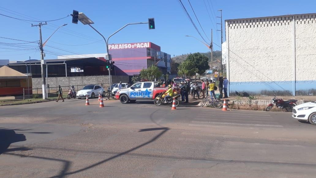 Ciclista morre atropelado por ônibus, em Parauapebas.   Um ciclista, identificado como Wagner Monteiro Carneiro, de 19 anos, mais conhecido como Cametá, morreu após ser atropelado por um ônibus, logo no início da manhã  desta quarta-feira, 11, entre a Avenida presidente Prudente e João Figueiredo, no bairro Paraíso, em Parauapebas.  De acordo com testemunhas, que presenciaram a cena, o ônibus e o ciclista convergiam para mesma esquina, quando o jovem ficou no ponto cego, para o motorista, e, a vítima não teve como desviar do pesado veículo, devido a várias motocicleta que estavam estacionadas nas proximidades da esquina, vindo a ocorrer o atropelamento, com a morte imediata de Wagner, ainda no local.  O Serviço de Atendimento Móvel de Urgência (SAMU), foi acionado e constatou o óbito.  Policiais militares e civis foram chamados e estiveram no local da ocorrência.   O caso foi registrado na 20ª Seccional de Polícia Civil em Parauapebas.   O Instituto Médico Legal (IML), fez a remoção do corpo.