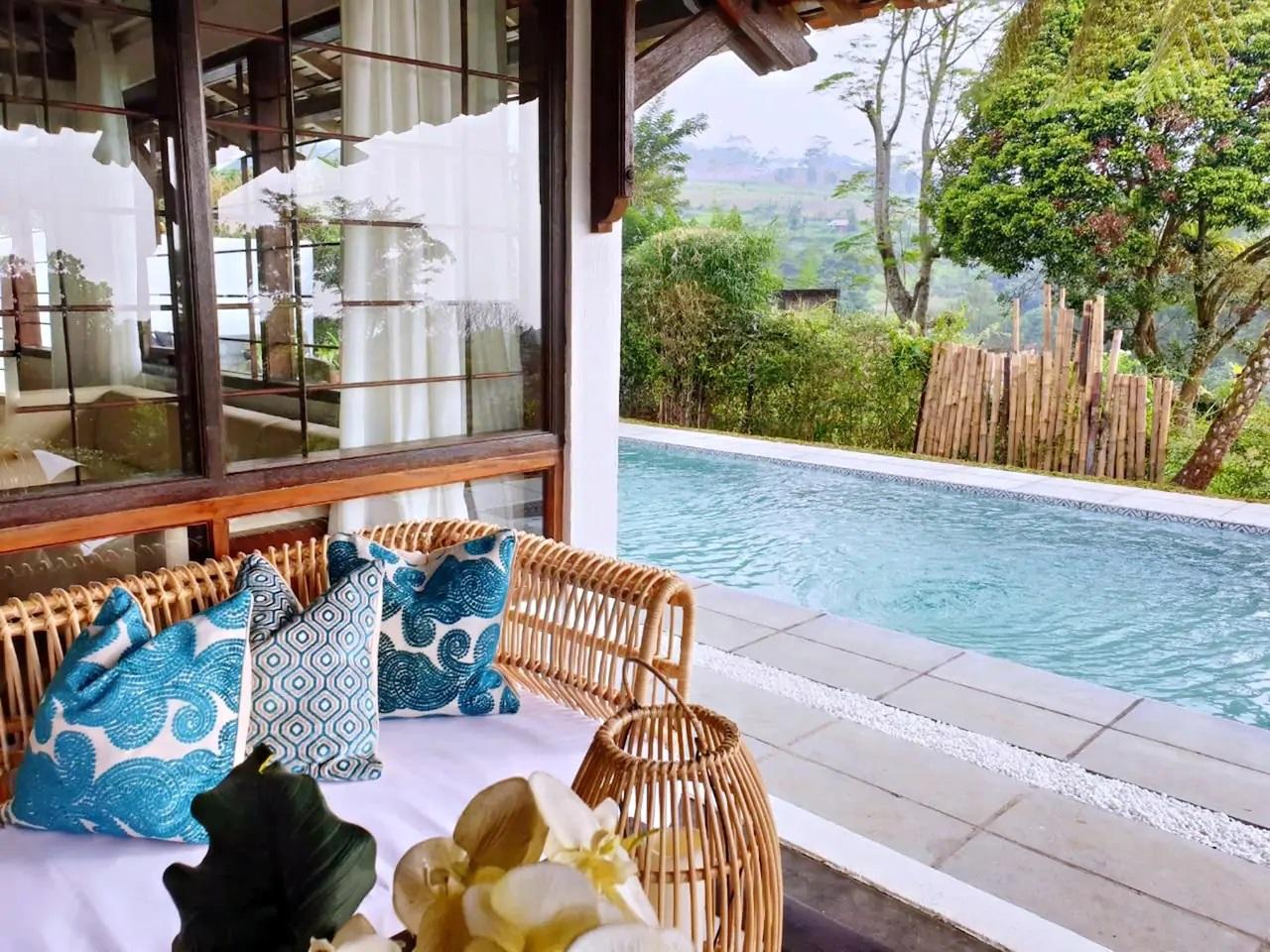 villa dengan fasilitas kolam renang dan view gunung di puncak