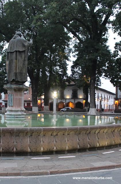 Plaza Vasco de Quiroga en Pátzcuaro, al fondo Hotel Mansión Iturbe