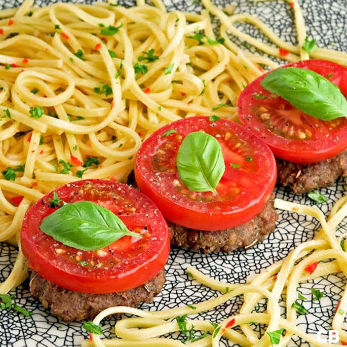 Mini-hamburgertjes met sappige tomaat uit de oven