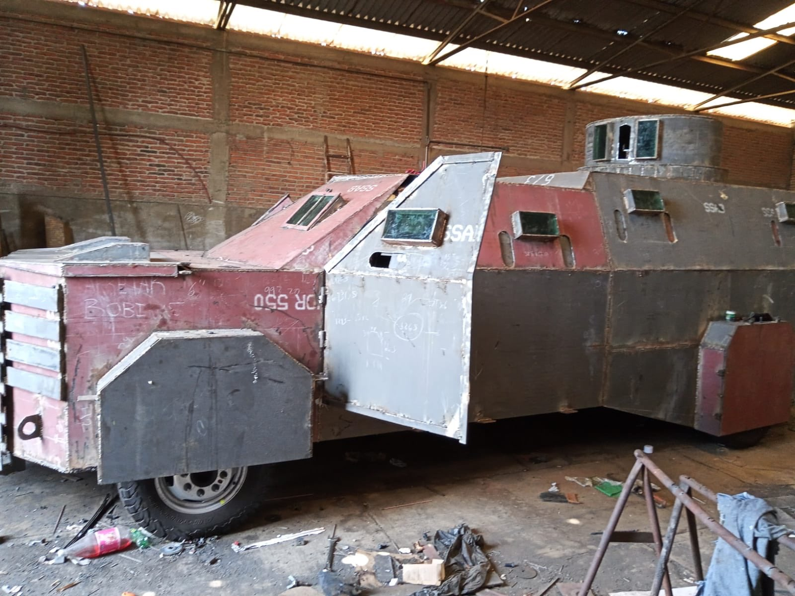 Fotos: aseguran en Tuxpan; Jalisco al CJNG monstruo blindado y armas chapadas en oro