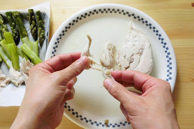 加熱後、あら熱がとれたら鶏肉を食べやすいように細く割きます。