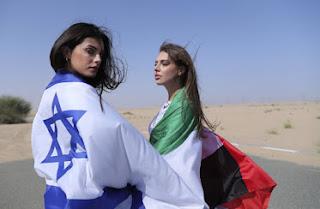 Modelo israelense com bandeira nacional em sessão de fotos dos Emirados Árabes Unidos