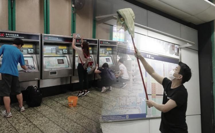 Beberapa hari Setelah Insiden Tembakkan Gas Air Mata,Masyarakan Hong Kong Bersihkan Stasiun MTR Kwai Fong