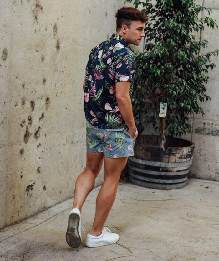 Look com shorts e camisa floral masculina