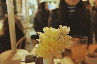 Si el centro de flores molesta, pide que te lo retiren