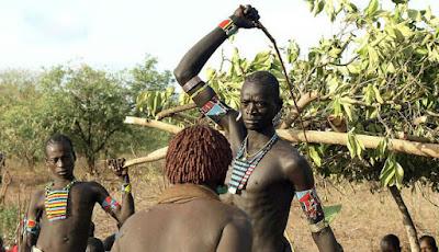 Wanita Suku Ini Rela Dicambuk Bukti Kecintaan pada Pria