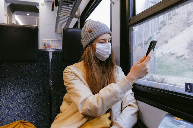 wanita dengan masker
