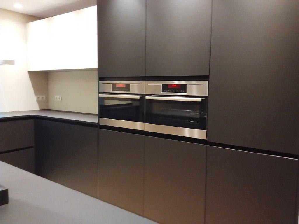 Atractiva y prctica una cocina con el fuerte carcter del color negro  Cocinas con estilo