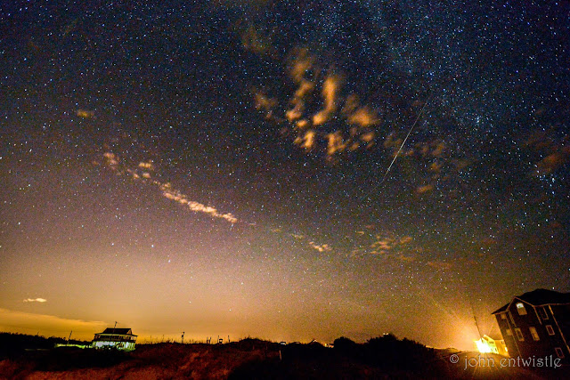 Sao băng Perseid sớm. Hình ảnh được chụp vào đêm 5/8 tại bãi biển Corolla, Outer Banks, bắc California bởi nhiếp ảnh gia John Entwistle.