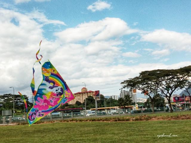 Bawak Thahirah Main Layang-Layang di Taman Metropolitan Kepong