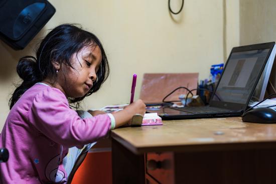 Falah, gadis kecil yang gemar menulis. (Foto: Fajri Hidayat)