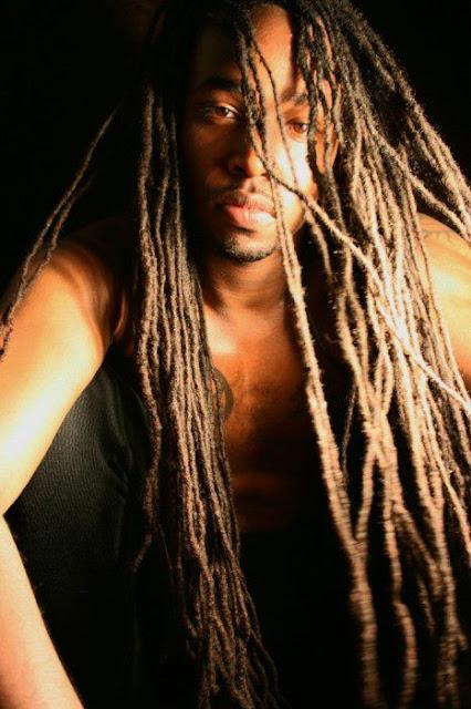 pelo afro rastas largas