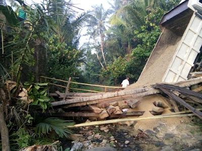 Jembatan di Cukuh Balak Ambruk, Satu Dumptruck Terjerembab