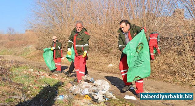 DİYARBAKIR-Diyarbakır Büyükşehir Belediyesi Çevre Koruma ve Kontrol Daire Başkanlığı, 2015 yılında UNESCO Dünya Kültür Miras Listesi'ne kabul edilen Hevsel Bahçeleri'ne gelişi güzel atılan çöp ve hafriyatları topladı.