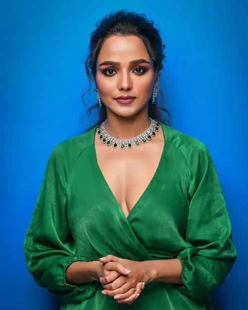 Tuhina Das cleavage Bengali actress hai tauba damayanti nokol heere hoichoi