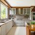Cozinha grande, branca e amadeirada com estilo provençal e ilha!