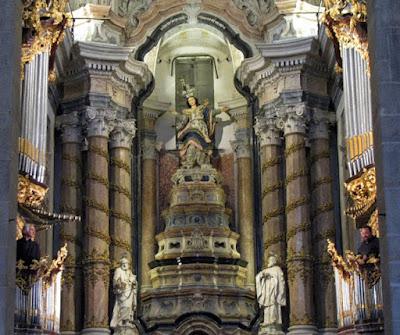 órgãos ibéricos no altar da Igreja dos Clérigos e dois organistas