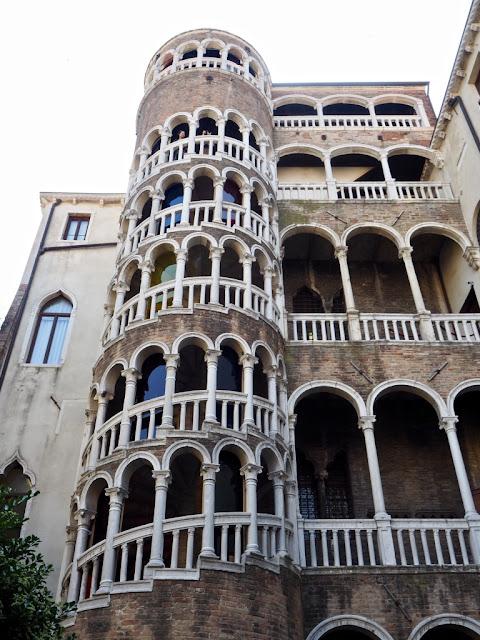 Scala Contarini del Bovolo - ukrytá místa Benátek