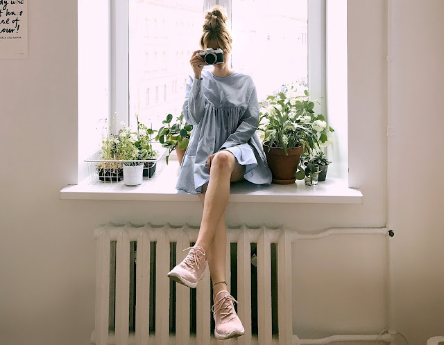 blue-dress-and-pink-sneakers