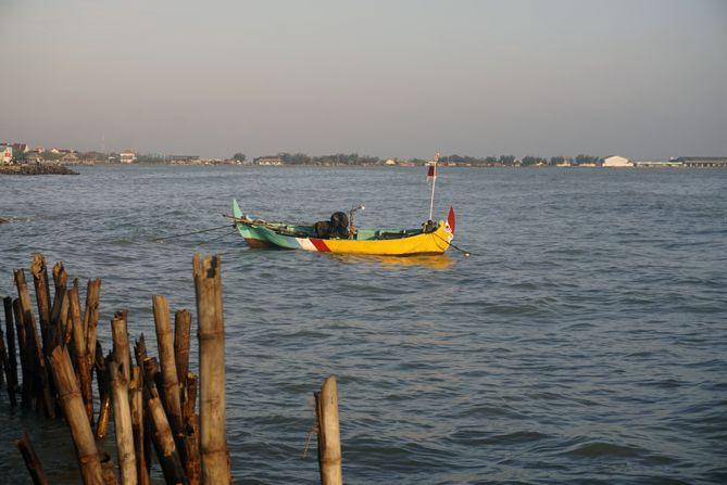 Perahu tertambat di belakang rumah masyarakat setempat