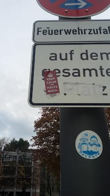 """Sticker: Das ist deutlich: """"KEEP CALM UND HALTS MAUL"""""""