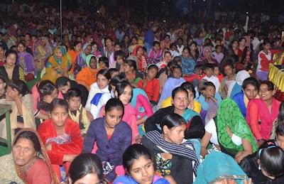 छितीपुर में रात्रि को रामकथा सुनने उमड़ रही श्रद्धालुओं की भीड़