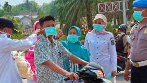 Di Rimbo Ilir, Pengendara Dipasangi Masker