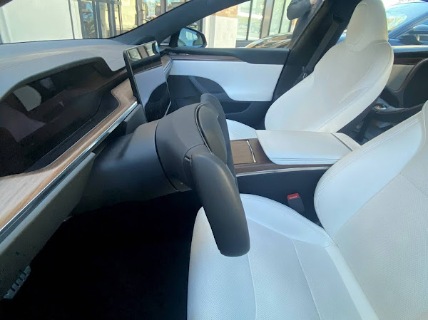 Novo Tesla Model S com volante em formato manche é visto nas ruas
