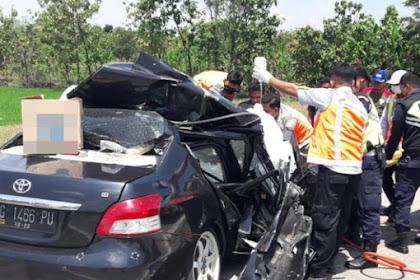Sedan Tabrak Truk di Jalan Tol Jombang, Supir Sedan Luka Parah