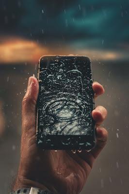 Cara Mengeringkat Ponsel Terkena Air